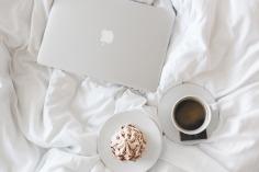 Regarder une série avec un café