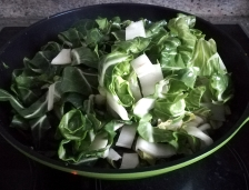 Le chou chinois ajouté dans le wok