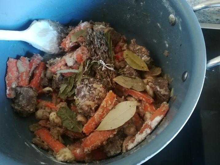 L'ajout de la farine, du bouquet garni et des feuilles de laurier