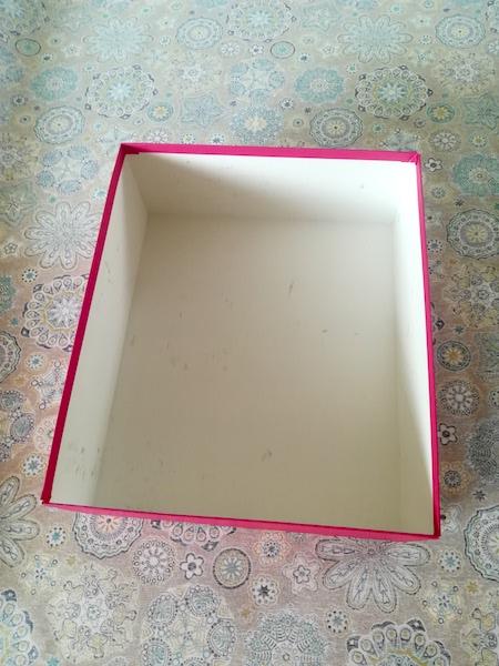 Boîte disposée au milieu du tissu