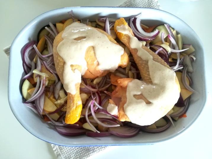 Les cuisses de poulet disposées dans le plat
