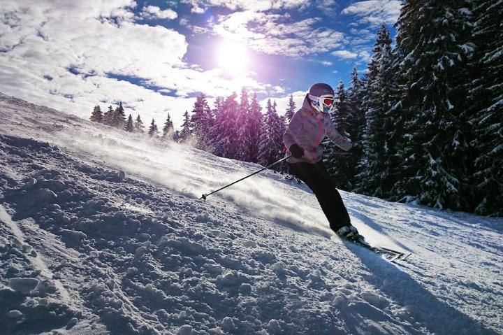 Soleil montagne skieur