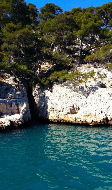 Calanques entree grotte