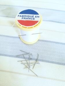 Du fil, une aiguille et des épingles