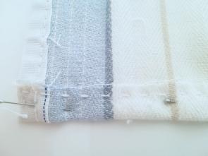 Epingles disposées sur le tissu