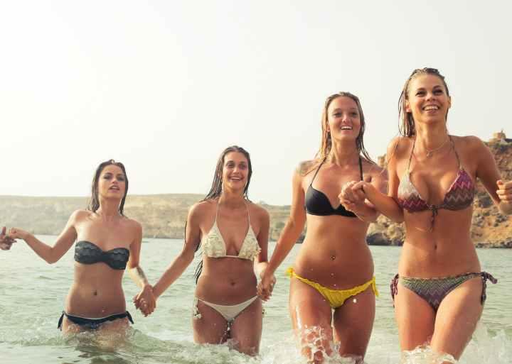 jeunes femmes dans l'eau