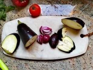 La découpe de l'aubergine et de l'oignon