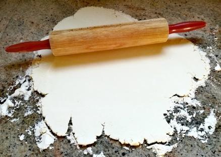 La pâte est aplatie