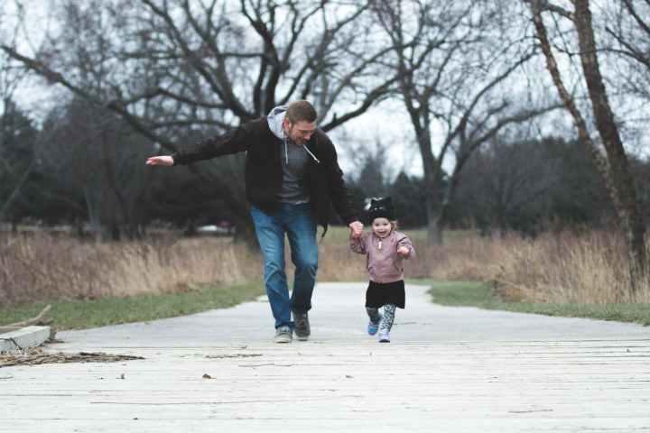 Papa et sa fille balade