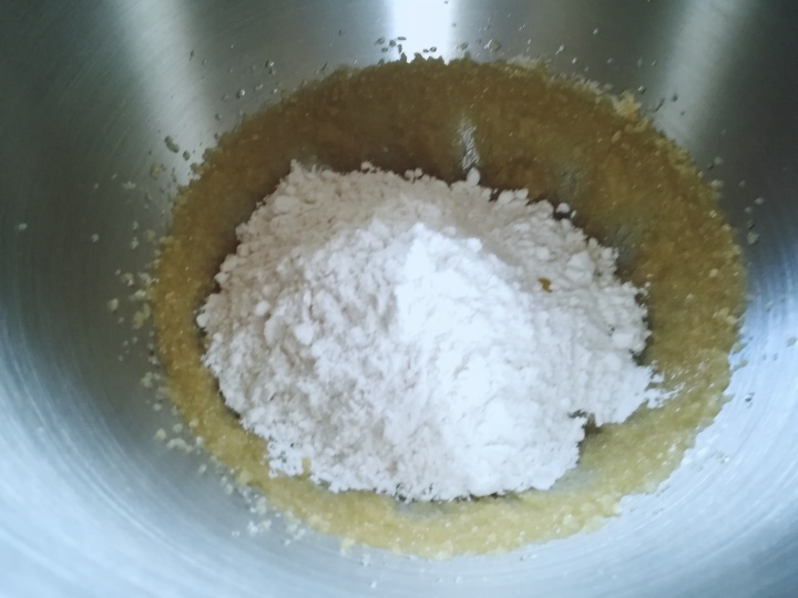 Farine ajoutée au gâteau à la vanille