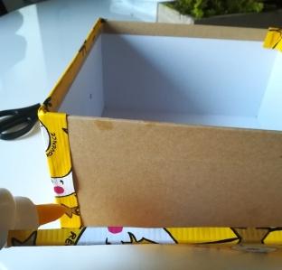 Bande de papier sur le côté de la boîte en carton