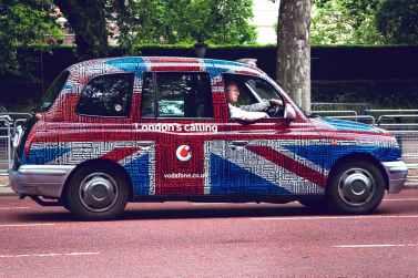 Un taxi aux couleurs du drapeau de l'Union Jack