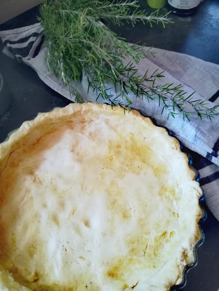 La pâte étalée dans le plat en verre